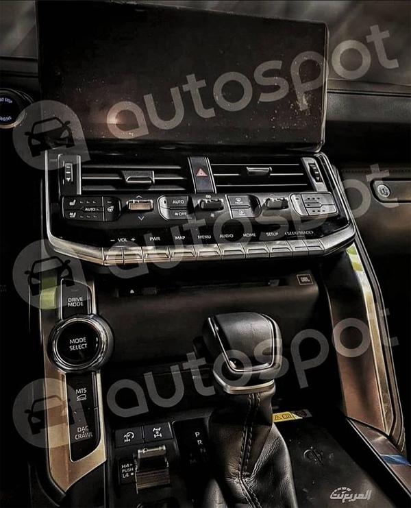 Màn hình cảm ứng đứng thằng, phía dưới là ke gió điều hòa và hệ thống tùy chỉnh. Cần số cổ điển với núm chọn chế độ lái. Ảnh: Autospot