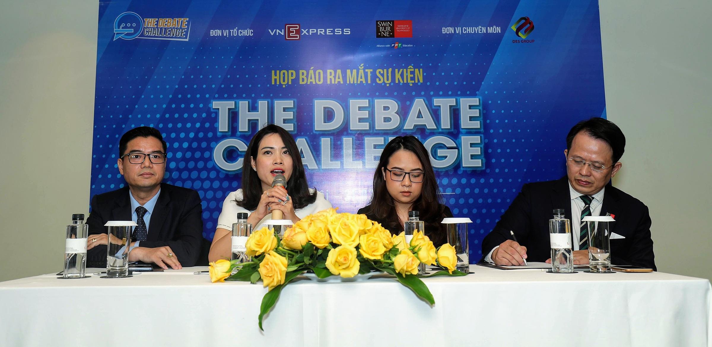 Nguyễn Ngọc Tú Uyên (thứ 3 từ trái qua phải) trưởng ban giám khảo của sân chơi The Debate Challenge. Ảnh: Phạm Chiểu.