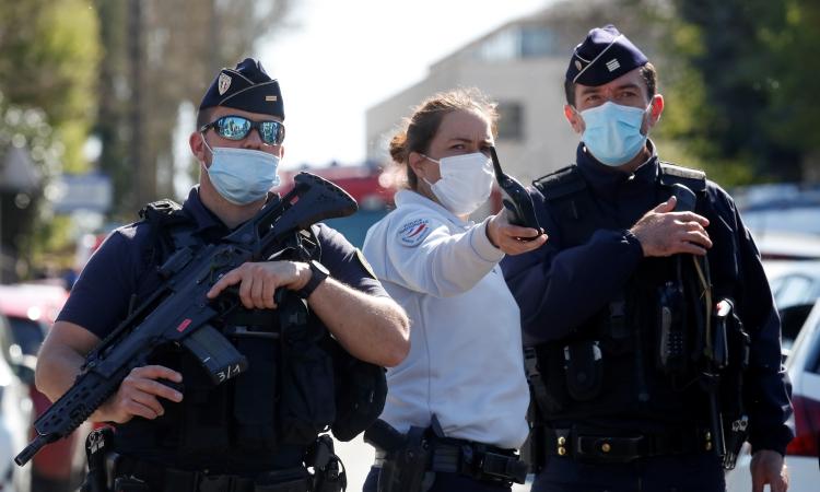 Các sĩ quan cảnh sát tại hiện trường vụ đâm dao ở Rambouillet, ngoại ô thủ đô Paris, Pháp, hôm 23/4. Ảnh: Reuters.