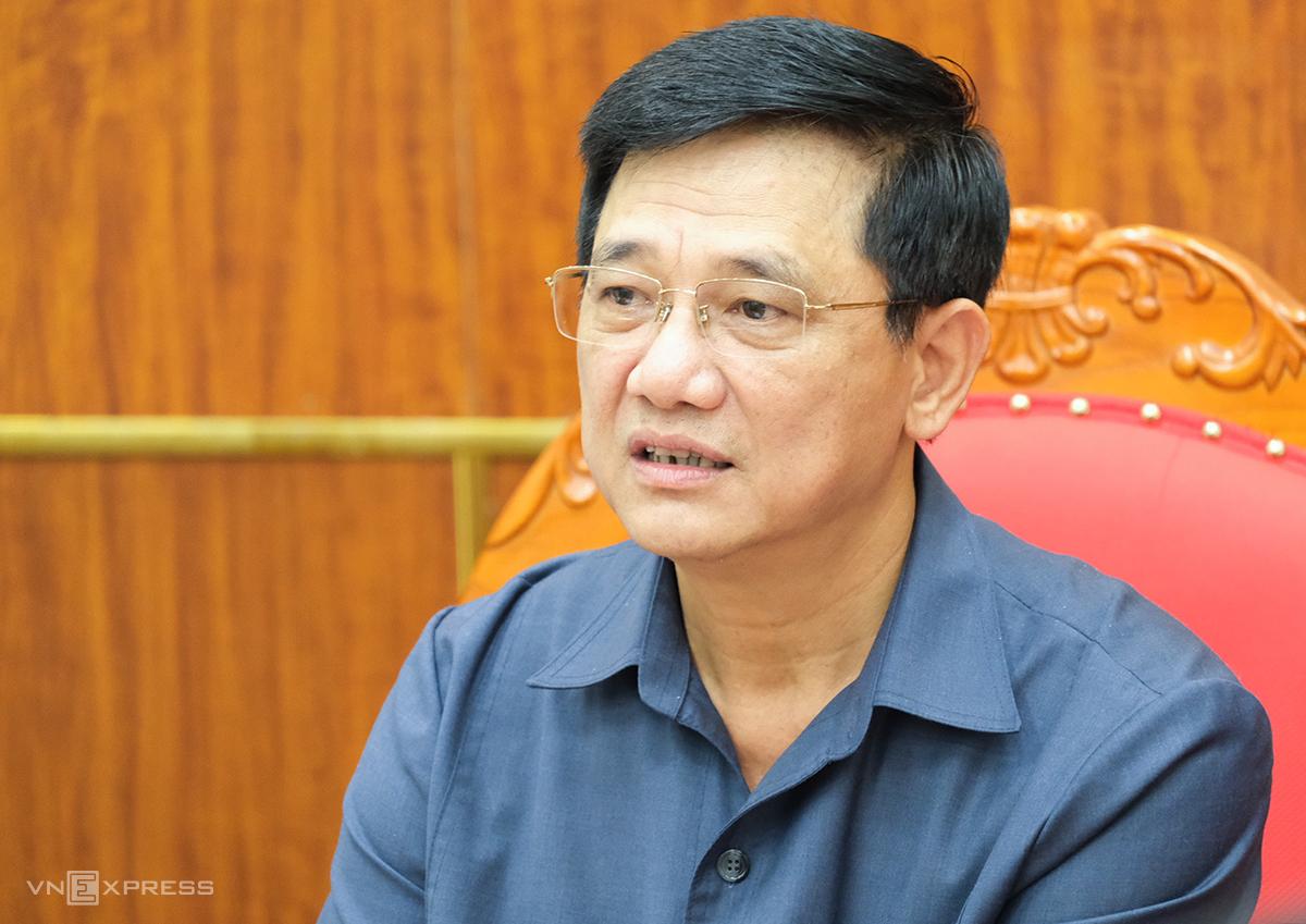 Ông Phạm Xuân Tiến nói về việc dừng tuyển sinh lớp 6 chương trình thí điểm song bằng chiều 24/4. Ảnh: Dương Tâm.