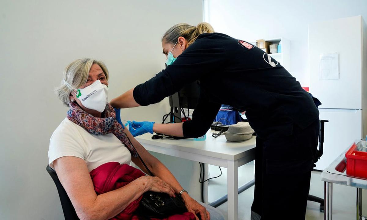 Nhân viên y tế tiêm vaccine Johnson & Johnson cho một người phụ nữ ở Pamplona, Tây Ban Nha hôm 22/4. Ảnh: Reuters.