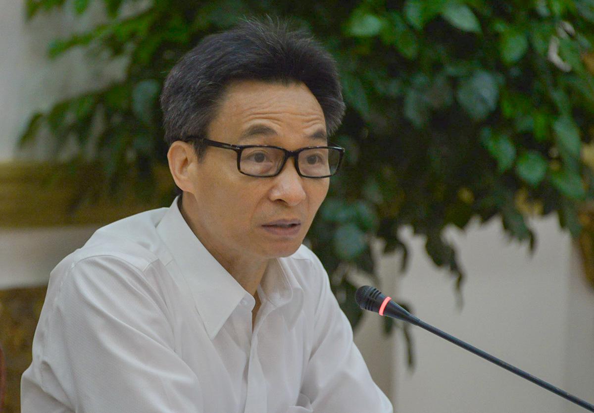 Phó thủ tướng Vũ Đức Đam chủ trì cuộc họp với TP HCM sáng 23/4. Ảnh: Trung Sơn