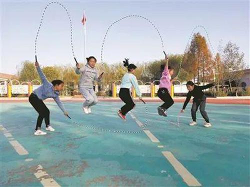 Học sinh trường Qilu nhảy dây trên sân trường. Ảnh: jyb.cn.
