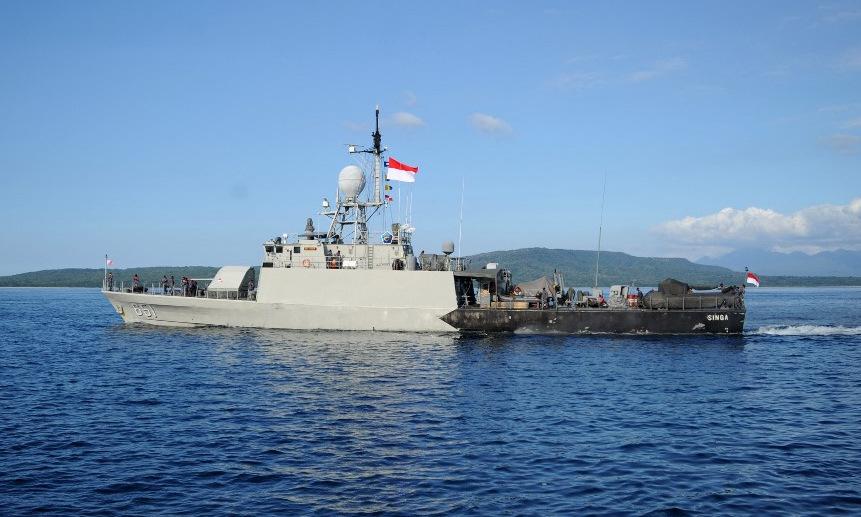 Tàu tuần tra Indonesia rời cảng tham gia tìm kiếm KRI Nanggala hôm 24/4. Ảnh: AFP.