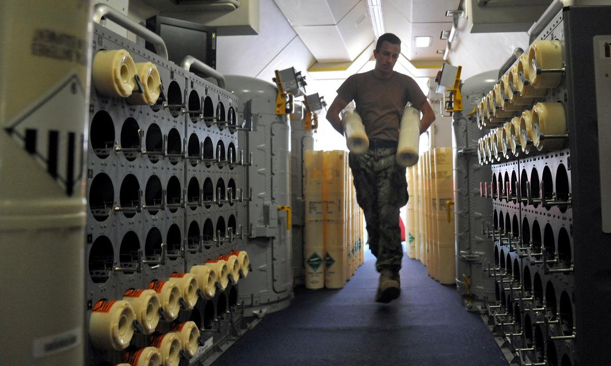 Khoang chứa phao thủy âm trên máy bay P-8A Mỹ. Ảnh: US Navy.