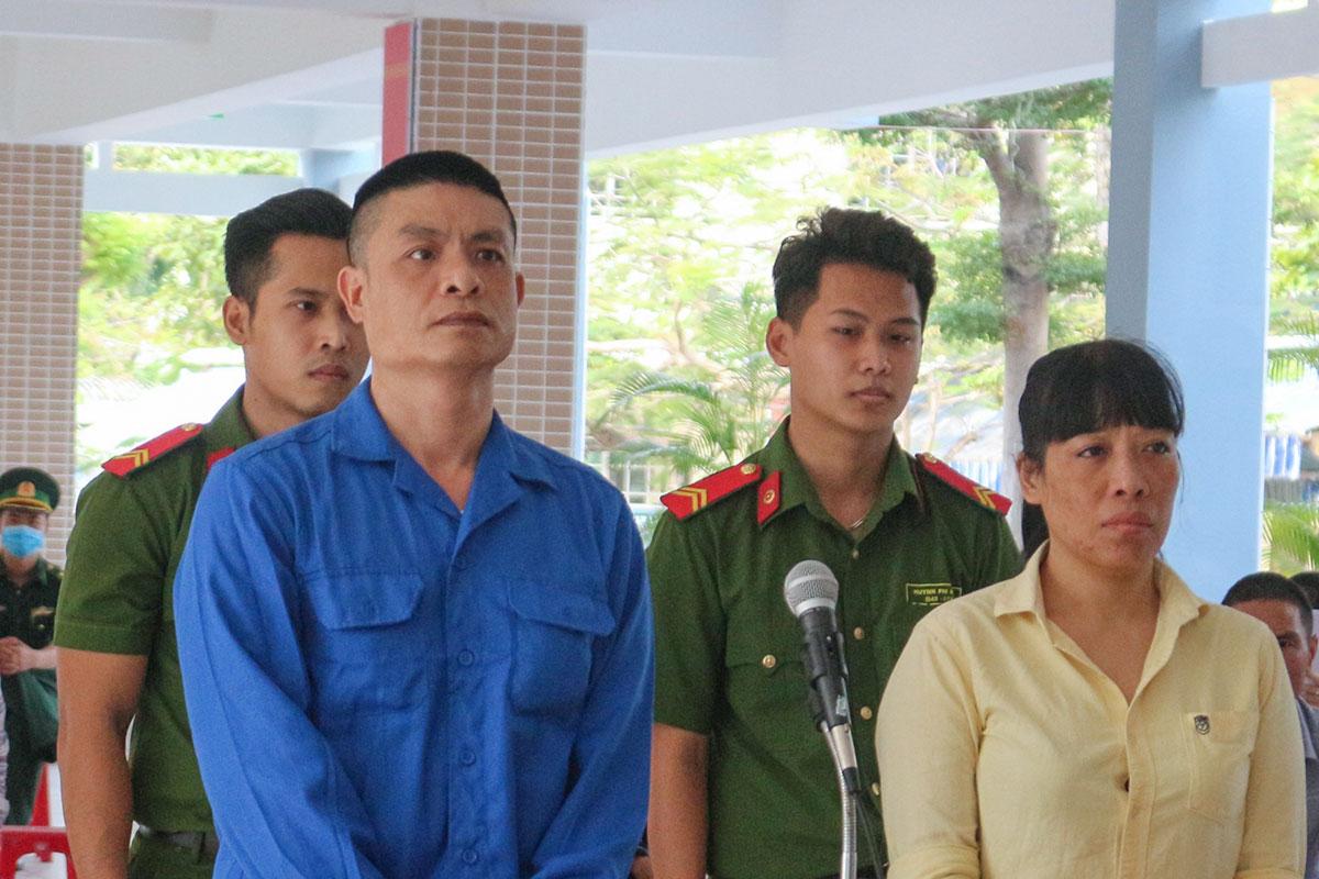 Bị cáo Long và Thuỷ tại phiên xét xử lưu động ngày 24/4. Ảnh: Ngọc Trường.