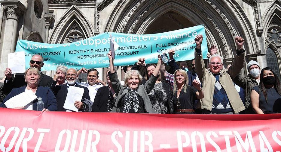 Các cựu nhân viên Bưu cục Anh ăn mừng sau khi nghe phán quyết vào ngày 23/4. Ảnh: PA.