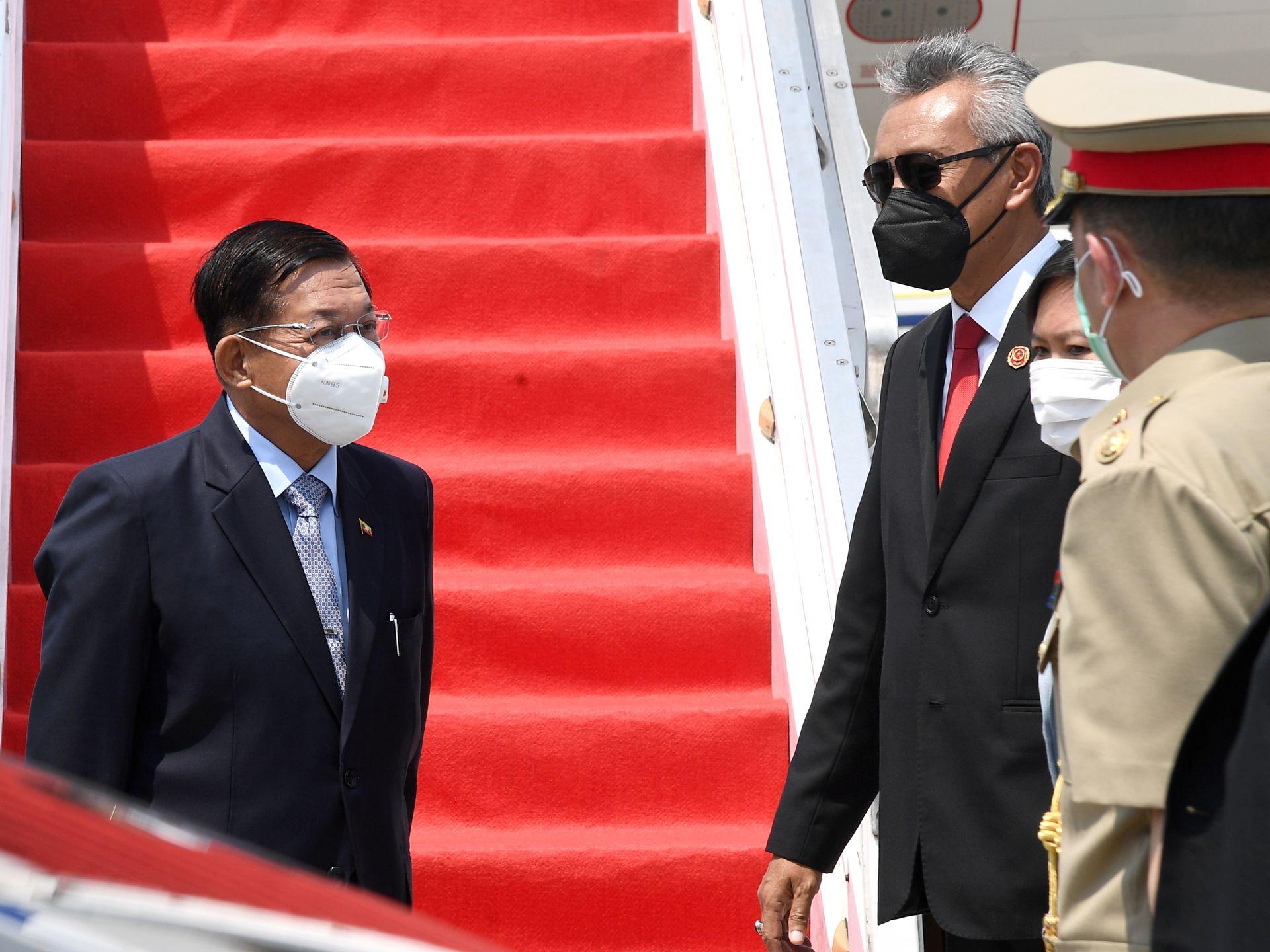 Thống tướng Min Aung Hlaing (trái) đến Indonesia vào trưa 24/4 để dự họp cùng các lãnh đạo ASEAN. Ảnh: Reuters.