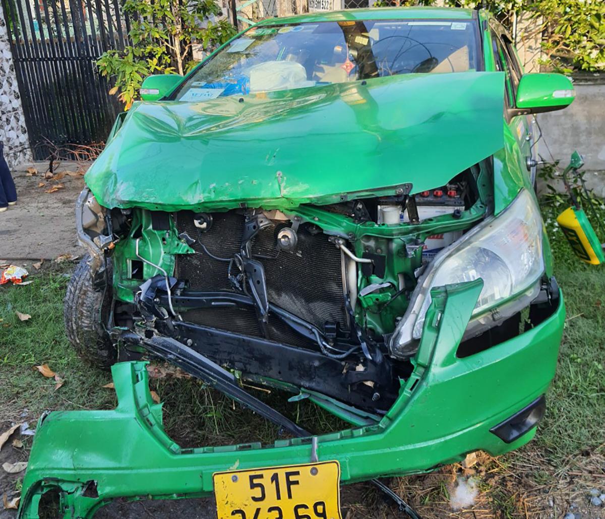 Chiếc taxi bị cướp hư hỏng nặng sau khi đâm vào nhà dân. Ảnh: Độc giả cung cấp.