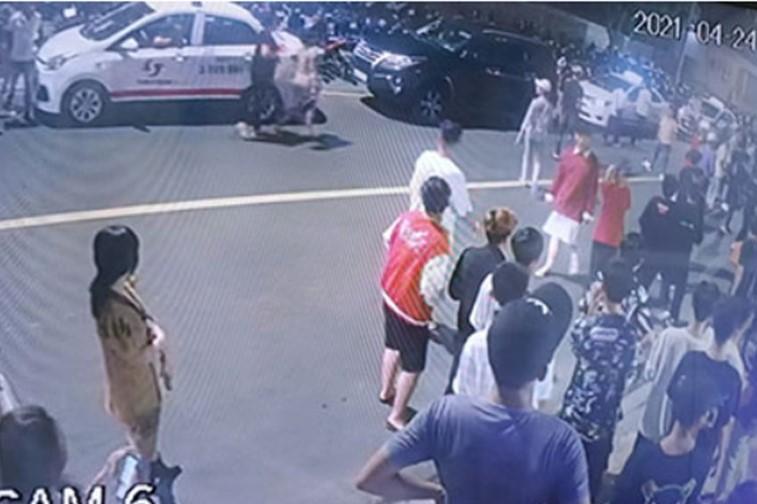 Hỗn chiến gây náo loạn trên đường Nguyễn Đình Chiểu, phường Hàm Tiến, tối 24/4. Ảnh: Camera an ninh.