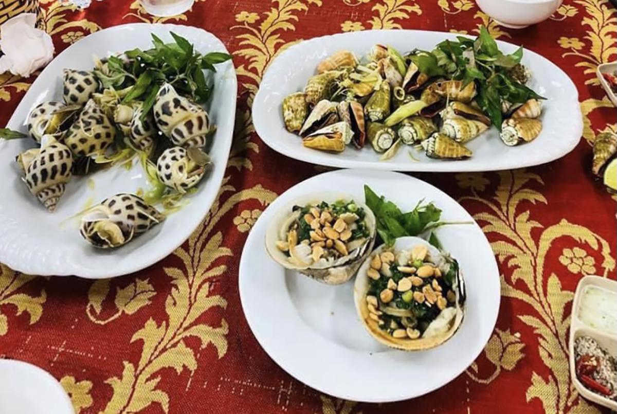 Ba dĩa hải sản, trong đó nửa kg ốc hương có giá 900.000 đồng tại quán hải sản ở Nha Trang bị du khách phản ứng. Ảnh: Lê Văn.