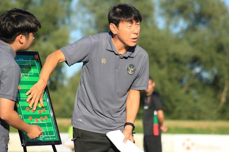 Mr. Shin dalam sesi pelatihan dengan Indonesia.  Foto: Kompas
