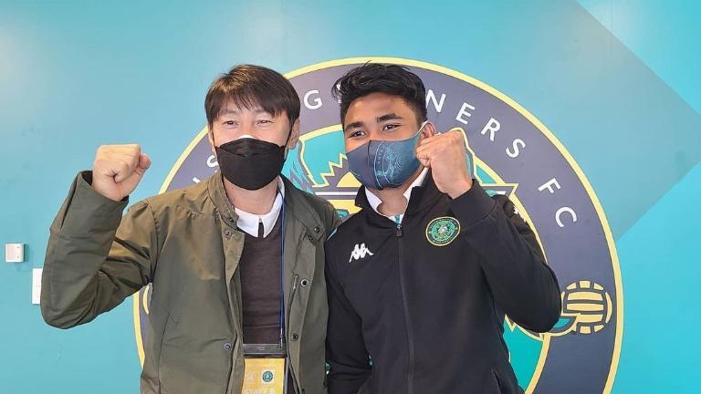 Pak Shin ingin Asnawi (kanan) menjadi teladan bagi rekan-rekannya di Indonesia dalam profesionalisme dan urgensi yang diterimanya selama bermain sepak bola di Korea.  Foto: Bolabob