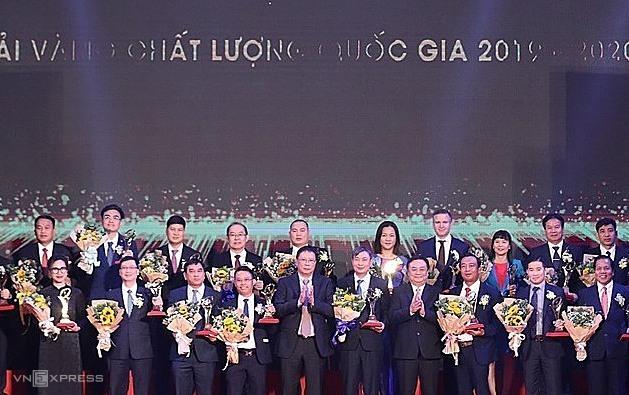GS Châu Văn Minh (Chủ tịch Viện Hàn lâm Khoa học và Công nghệ Việt Nam) và ông Lê Minh Hoan,