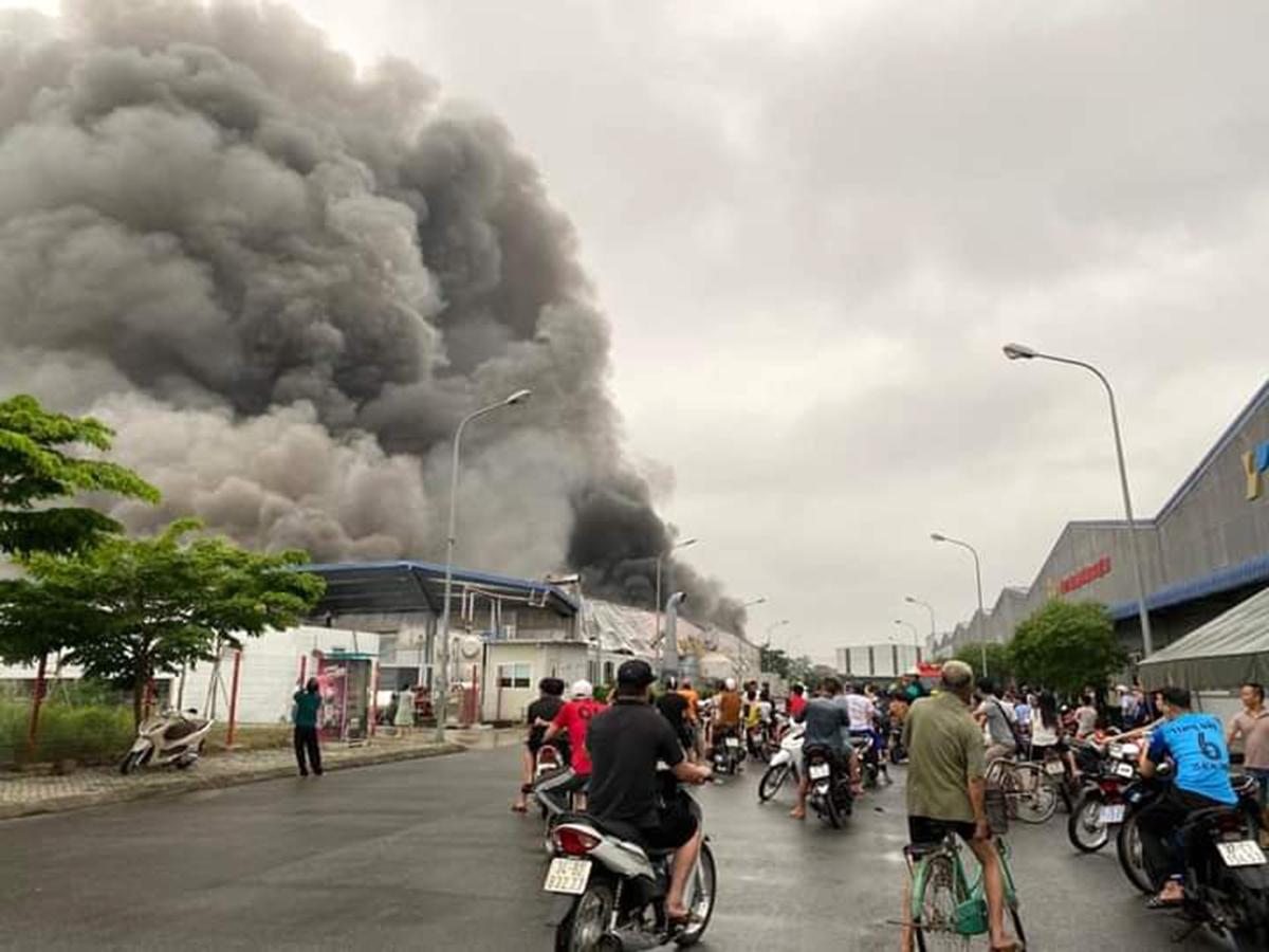 Khói, lửa bao trùm toàn bộ nhà xưởng sản xuất dây cáp điện của Công ty Doosan Electro- Meterials Việt Nam, KCN Đại An (Hải Dương) vào lúc 16h30 chiều 25/4. Ảnh: Internet
