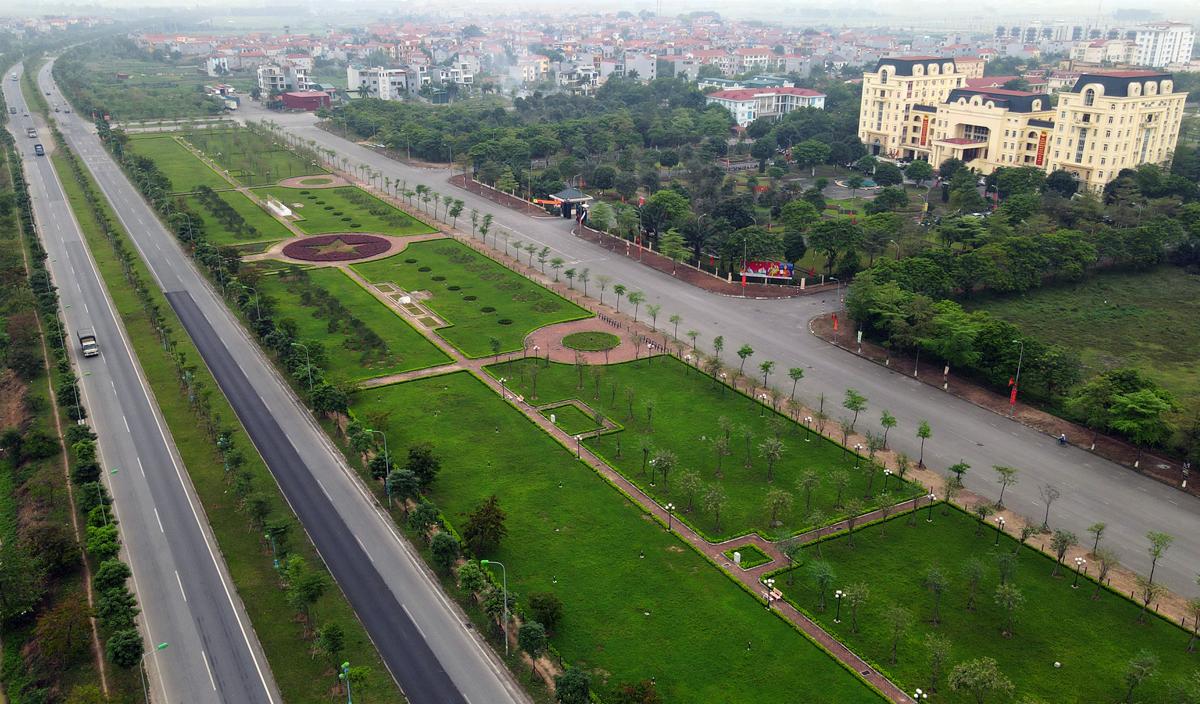 Tuyến đường trục Mê Linh (đoạn qua trụ sở UBND huyện), nối các huyện Đông Anh, Mê Linh (Hà Nội) với huyện Bình Xuyên (tỉnh Vĩnh Phúc). Ảnh: Bá Đô.