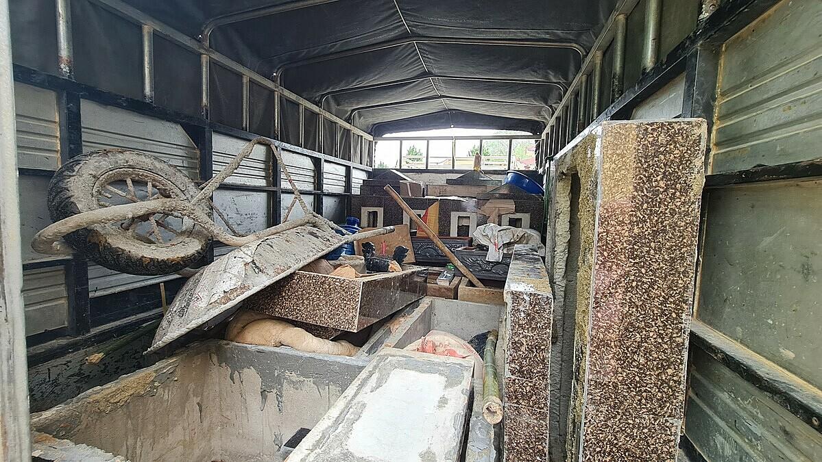 Trên xe tải ở hiện trường, công an phát hiện có ít nhất 5 ngôi mộ đúc sẵn, nhiều tiểu sành và dụng cụ chôn lấp. Ảnh: Lê Hoàng.