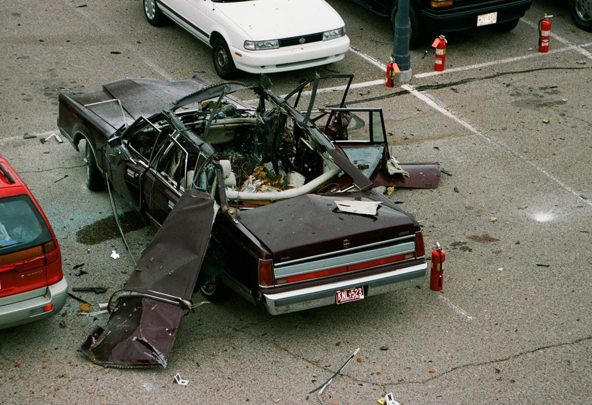 Hiện trường vụ nổ bom trên xe của Gary Triano. Ảnh: Bureau of Alcohol, Tobacco and Firearms.