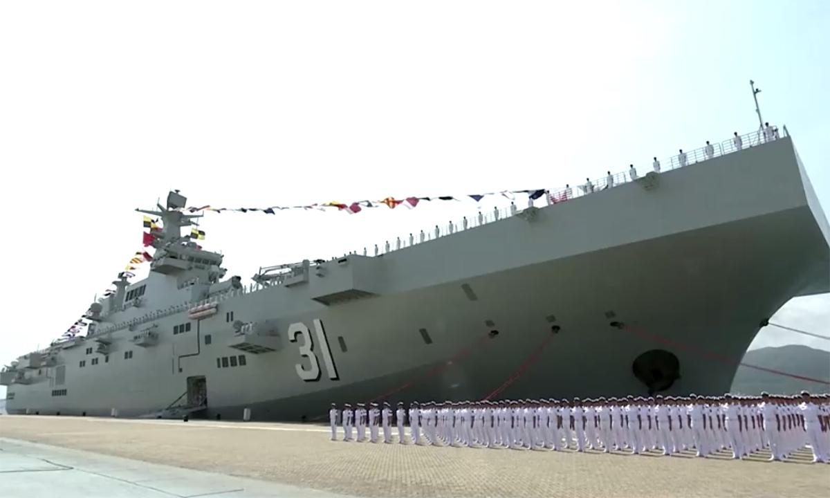 Tàu sân bay trực thăng Hải Nam thuộc lớp Type 075 trong lễ biên chế ngày 23/4. Ảnh: CCTV.