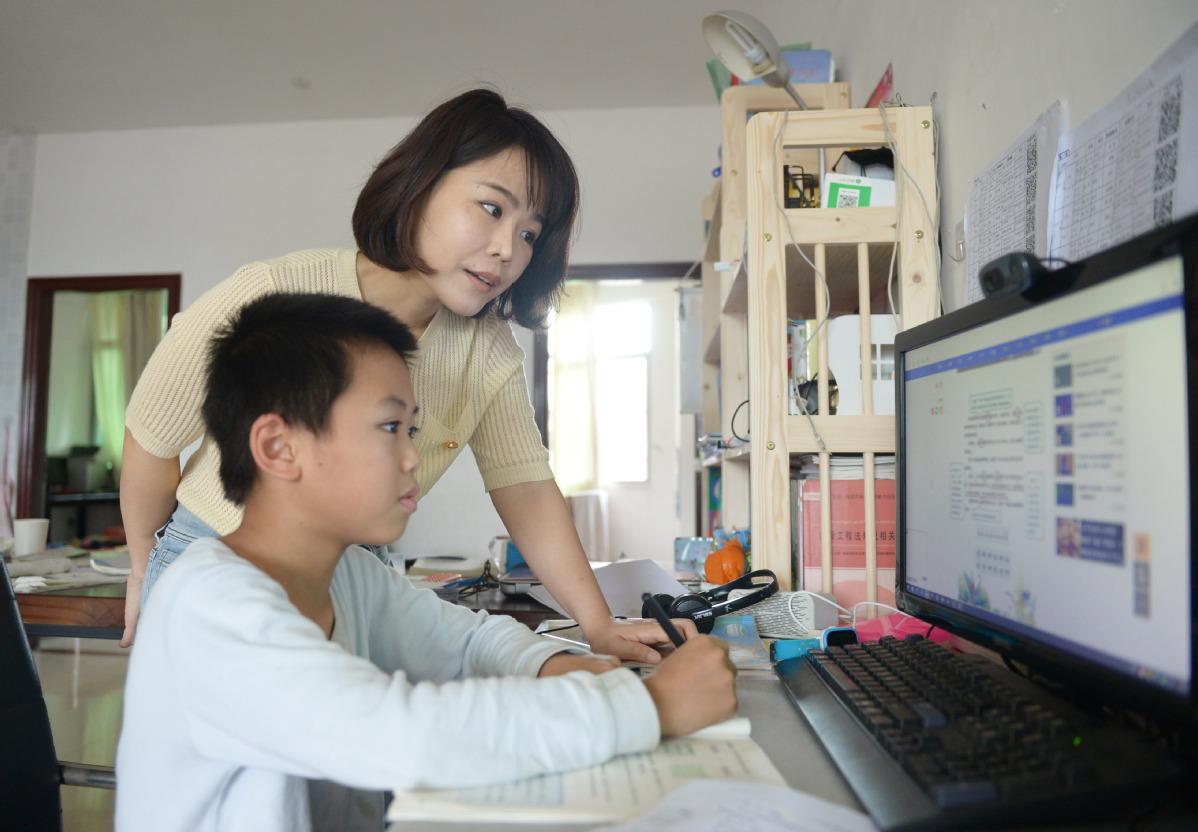 Học sinh Trung Quốc làm bài tập về nhà qua Internet. Ảnh: China Daily