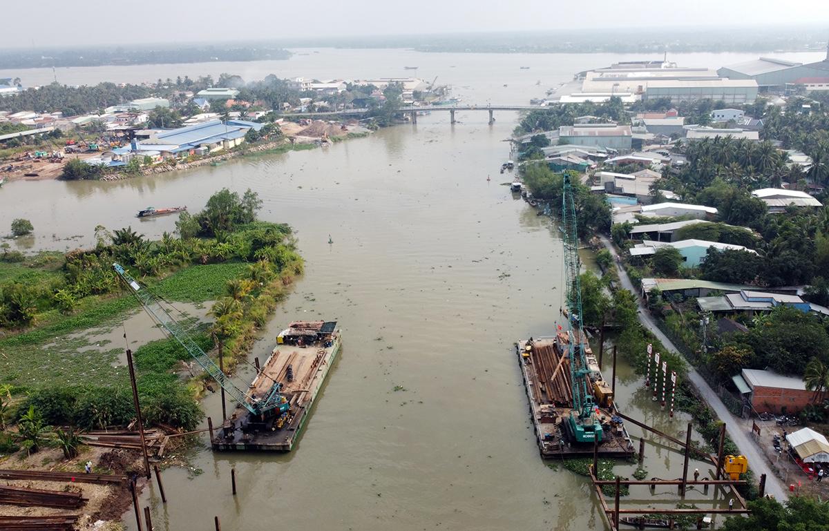 Cần cẩu thi công đập thép tại ngã ba kênh Nguyễn Tấn Thành giáp với sông Tiền. Ảnh: Hoàng Nam.