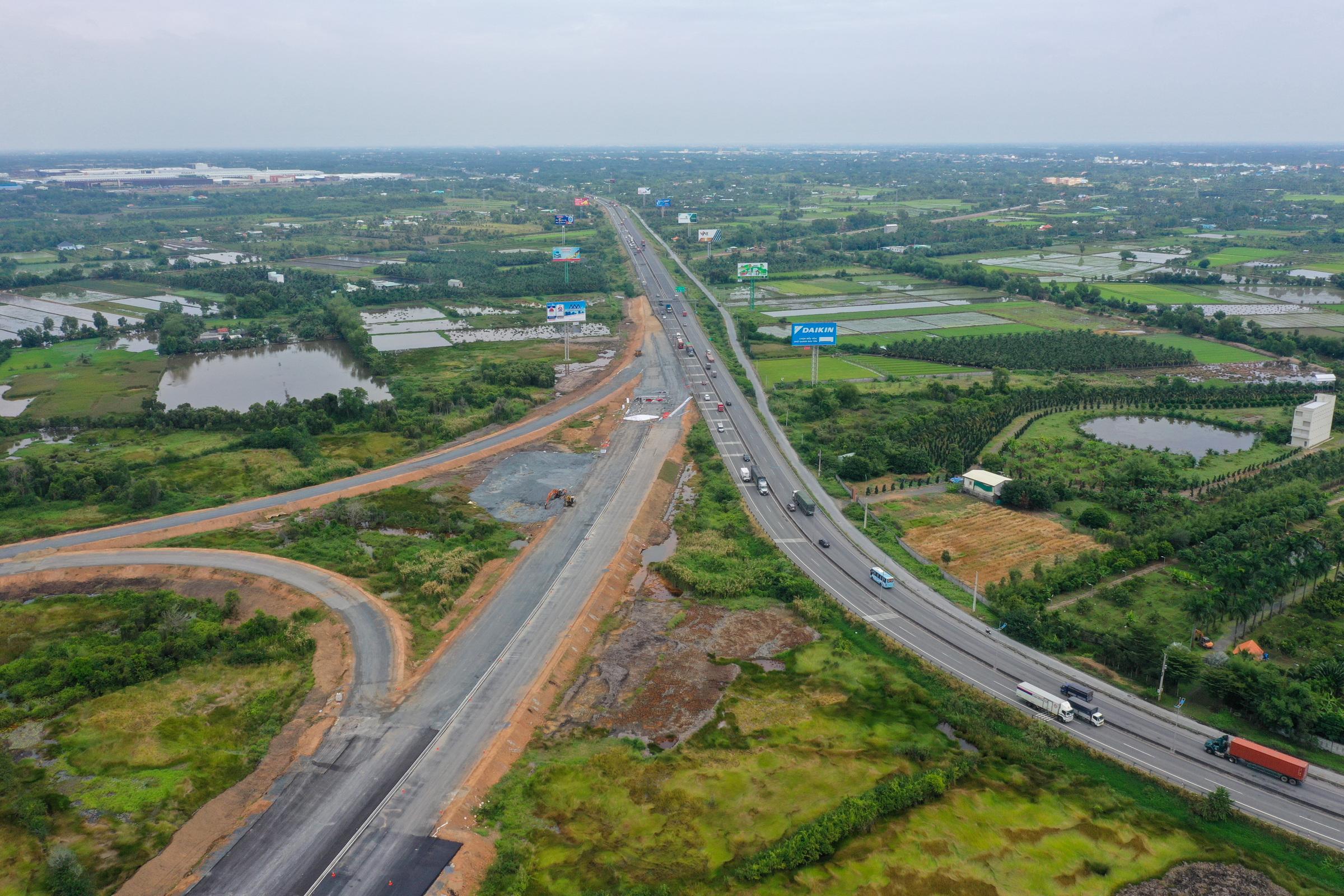 Cao tốc Trung Lương - Mỹ Thuận qua tỉnh Tiền Giang, tháng 1/2021. Đây là một trong những công trình gỡ nút thắt về hạ tầng giao thông cho miền Tây. Ảnh: Quỳnh Trần