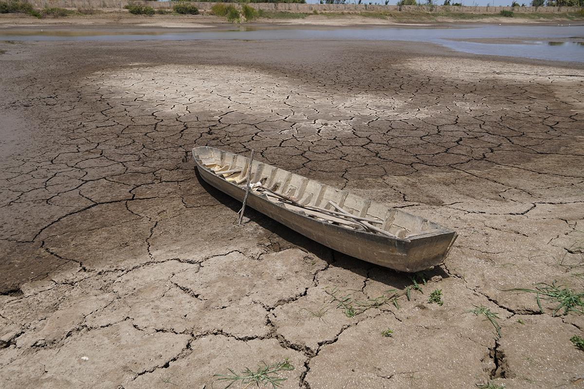 Con thuyền trên hồ Kênh Lấp, huyện Ba Tri (Bến Tre) trơ trọi dưới dáy vì hạn mặn, tháng 4/2020. Ảnh: Hoàng Nam.