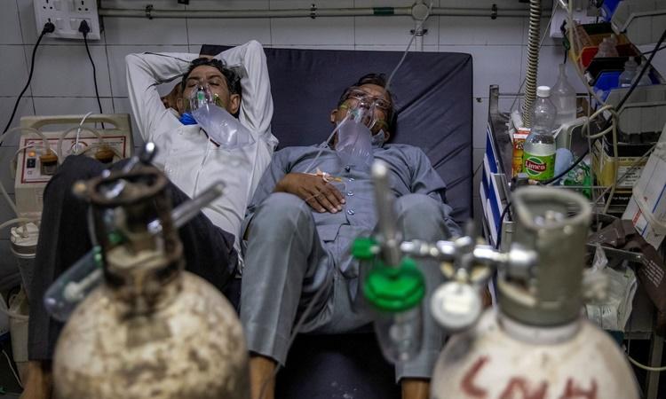 Bệnh nhân Covid-19 nằm chung giường tại bệnh viện Lok Nayak Jai Prakash ở New Delhi ngày 15/4. Ảnh: Reuters.