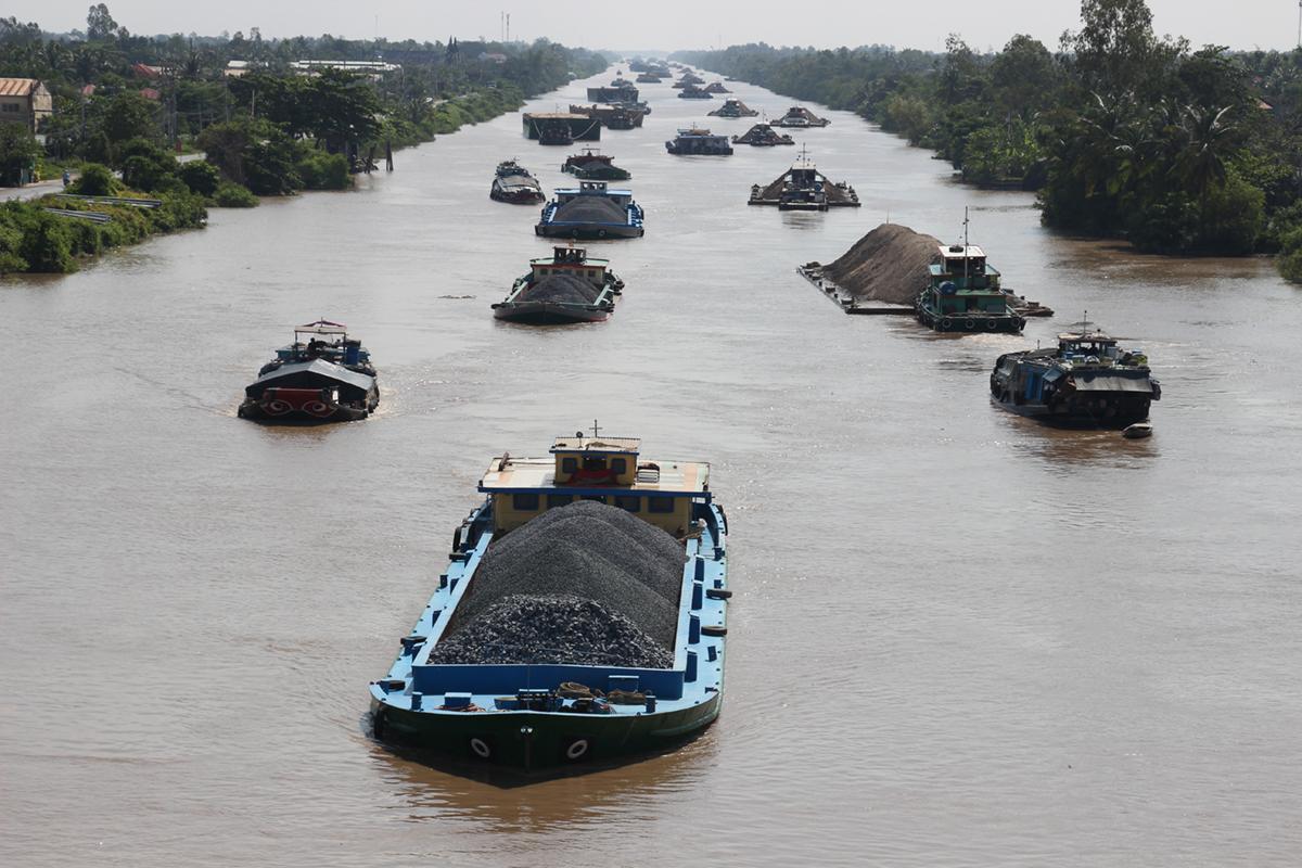 Hàng trăm sà lan chạy nối đuôi nhau trên kênh Chợ Gạo tháng 12/2019. Ảnh: Hoàng Nam