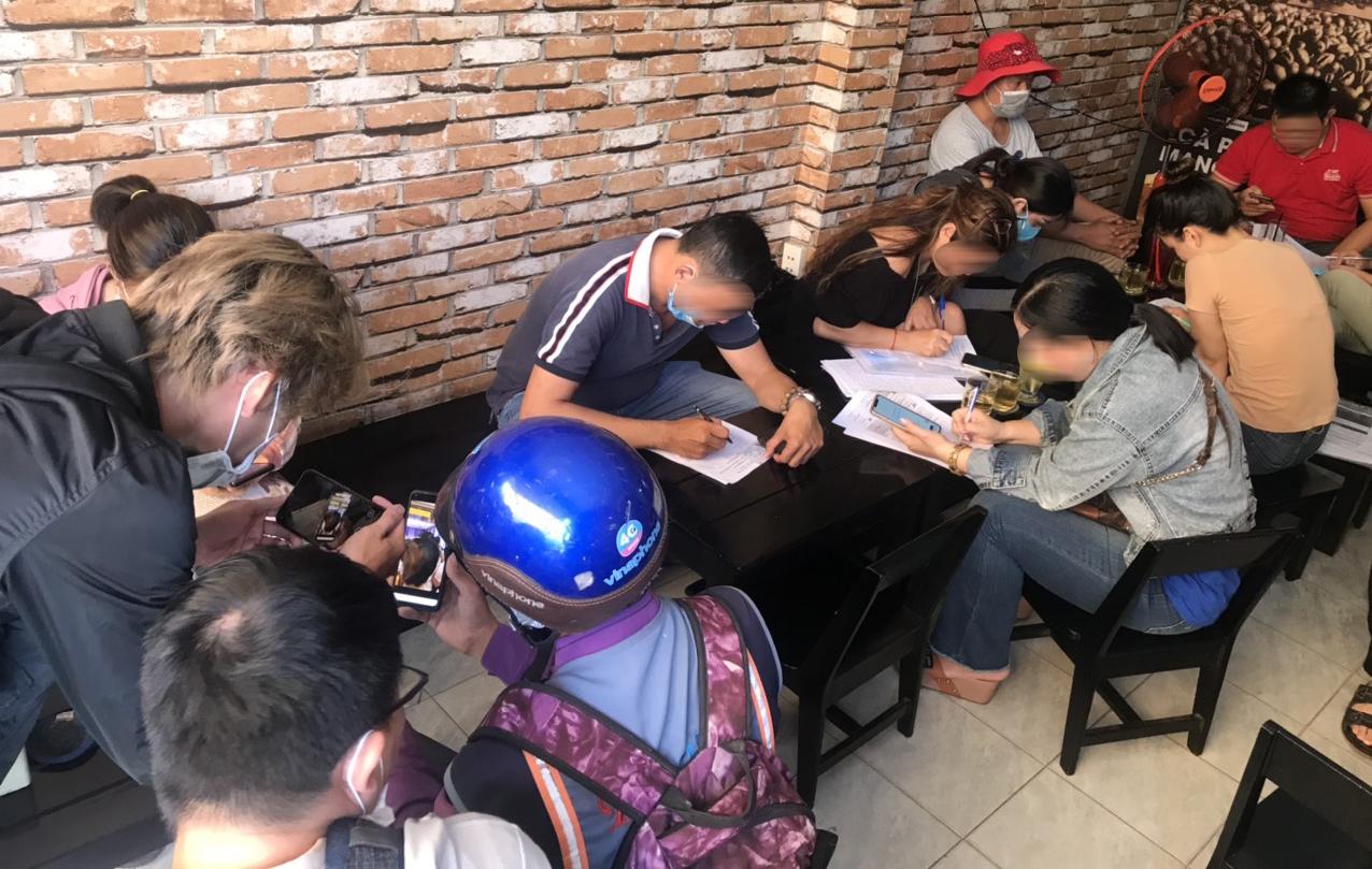 Nhiều người tập trung ký đơn tố cáo Coolcat, sáng 25/4. Ảnh: Việt Anh.