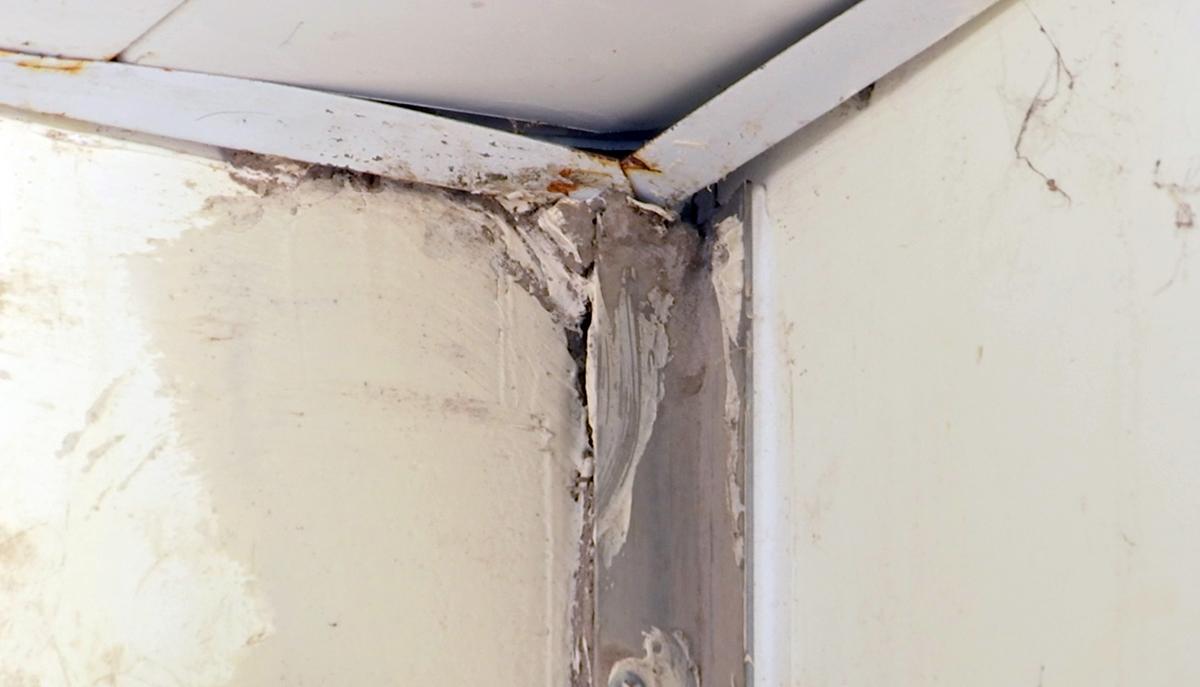 Hư hỏng tại trần tầng trệt toà nhà chính, Trung tâm y tế Mang Thít. Ảnh: Hưng Lợi