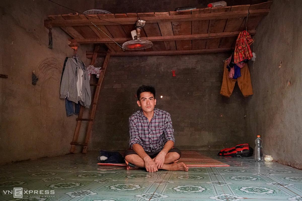 Đặng Văn Bình, quê ở Ba Tri (Bến Tre) trong phòng trọ 10 m2 khi đi làm thuê ở Bình Phước. Ảnh: Hoàng Nam.