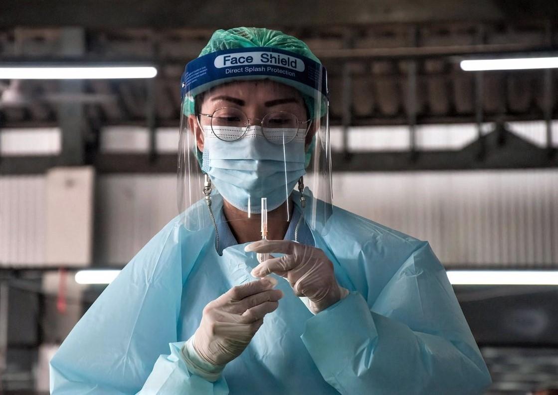 Nhân viên y tế Thái Lan tiêm ngừa Covid-19 cho người dân tại Bangkok bằng vaccine Sinovac vào ngày 18/3. Ảnh: Sipa USA.
