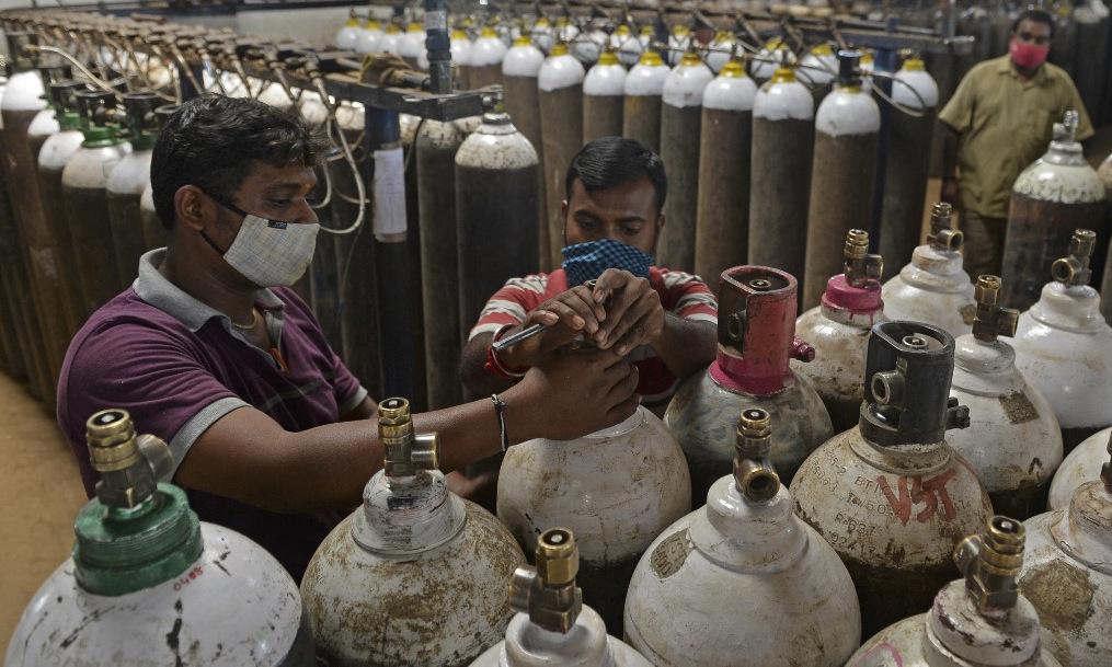 Công nhân chuẩn bị xi lanh oxy tại một nhà máy ở Chennai, Ấn Độ, hôm 24/4. Ảnh: AFP.