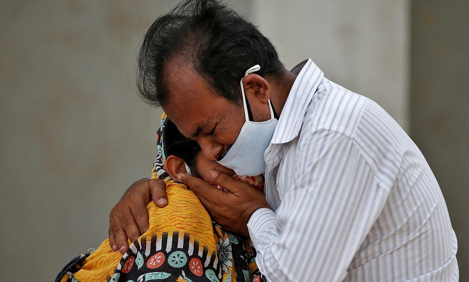 Một gia đình Ấn Độ khóc trong tuyệt vọng trước cửa bệnh viện bang Ahmedabad ngày 26/4 sau khi người thân qua đời vì Covid-19. Ảnh: Reuters.
