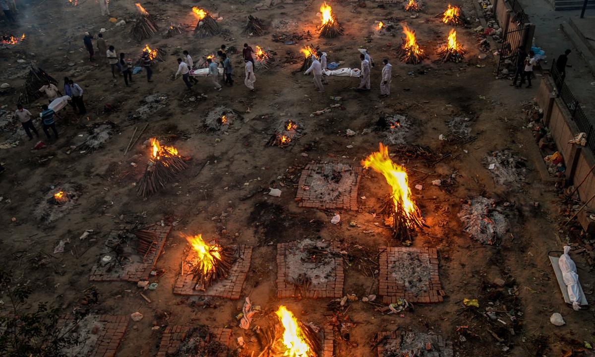 Thi thể người chết vì Covid-19 được hỏa táng ở Đông Delhi cuối tuần trước. Ảnh: NYTimes.