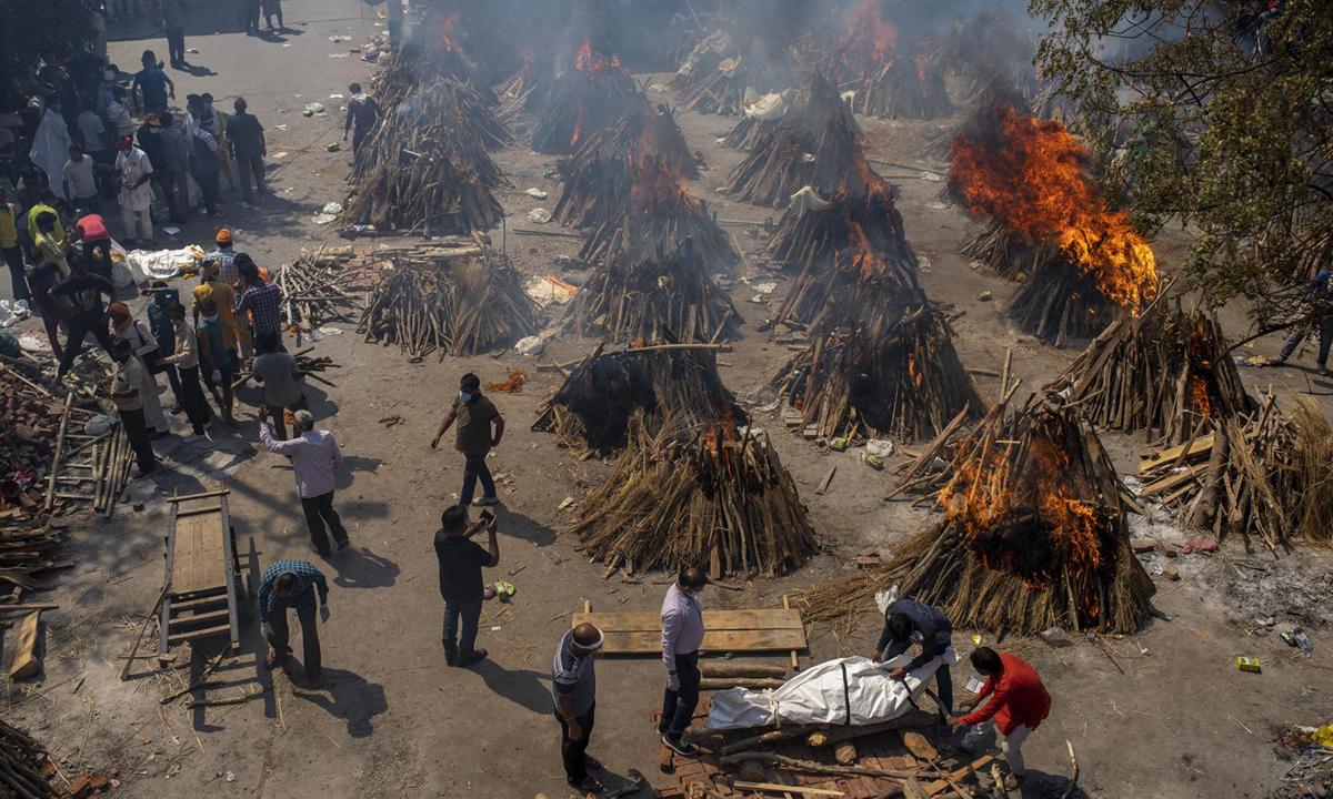 Nhiều giàn thiêu nạn nhân Covid-19 được dựng lên tại một khu hỏa táng ở New Delhi hôm 24/4. Ảnh: AP.