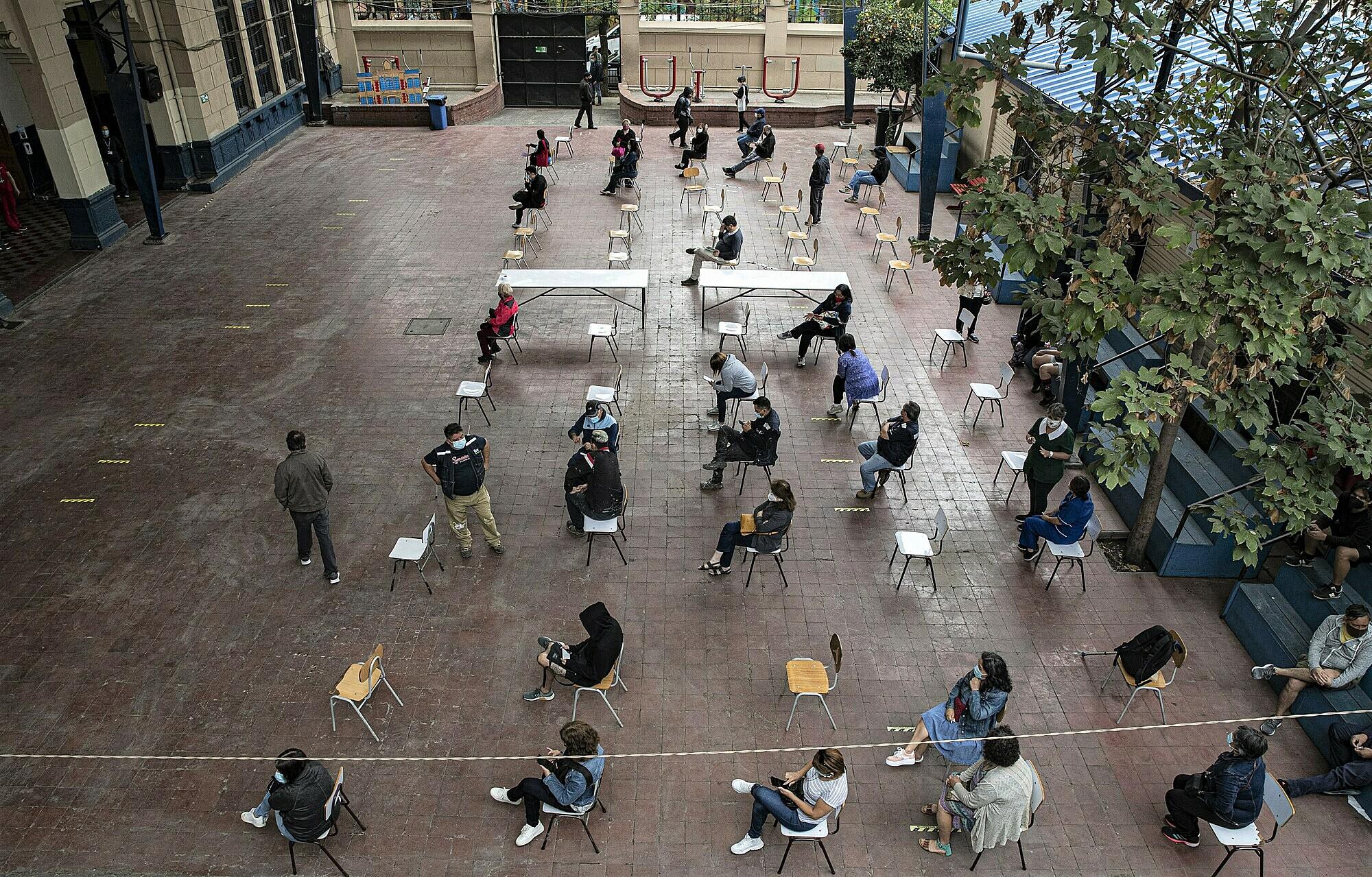 Giáo viên tại thành phố Santiago, Chile chờ tiêm vaccine vào ngày 15/2. Ảnh: AP.