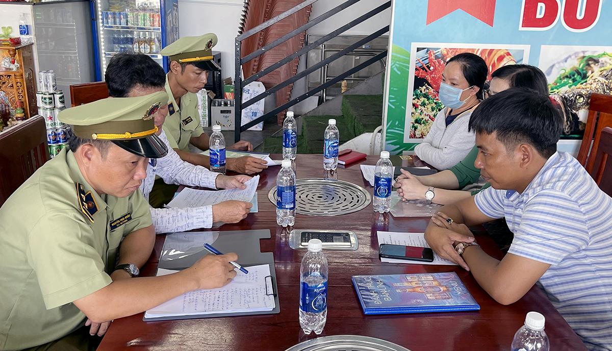 Đoàn liên ngành thành phố Nha Trang kiểm tra quán hải sản bị du khách phản ứng, ngày 26/4. Ảnh: Xuân Ngọc.