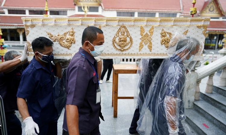 Quan tài chứa thi thể một bệnh nhân Covid-19 được chuyển tới một ngôi đền ở thủ đô Bangkok, Thái Lan, hôm 24/4. Ảnh: Reuters.