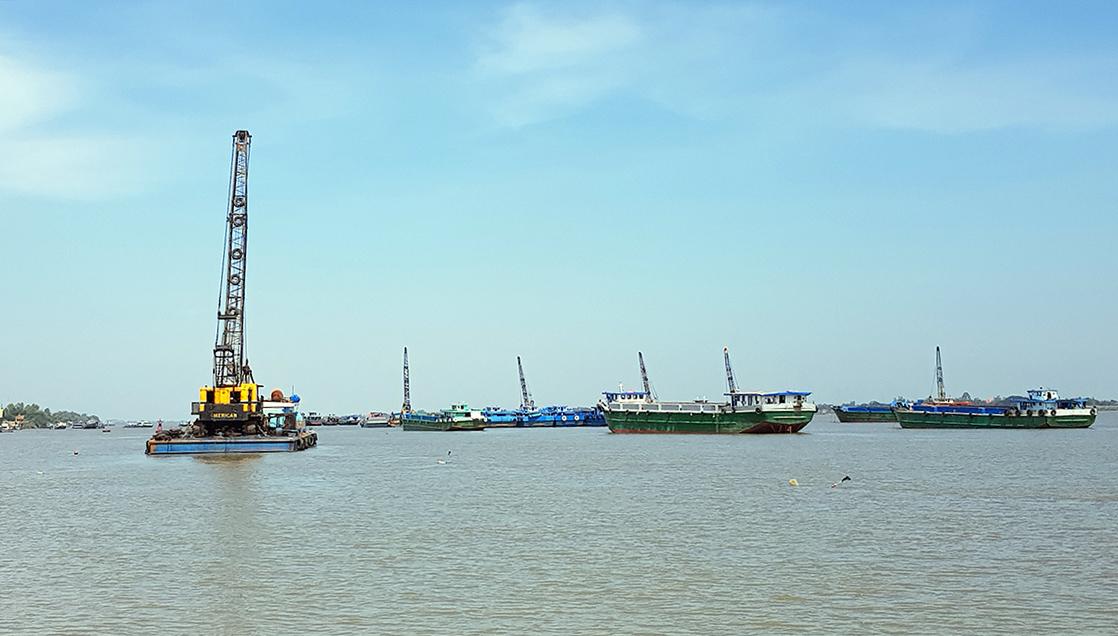 Hoạt động khai thát cát trên sông Tiền tại An Giang. Ảnh: An Phú.
