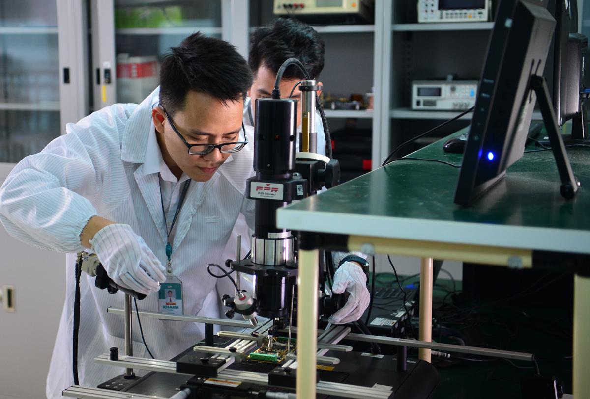 Cán bộ nghiên cứu tại Tổng Công ty công nghiệp công nghệ cao (VHT). Ảnh: ML.
