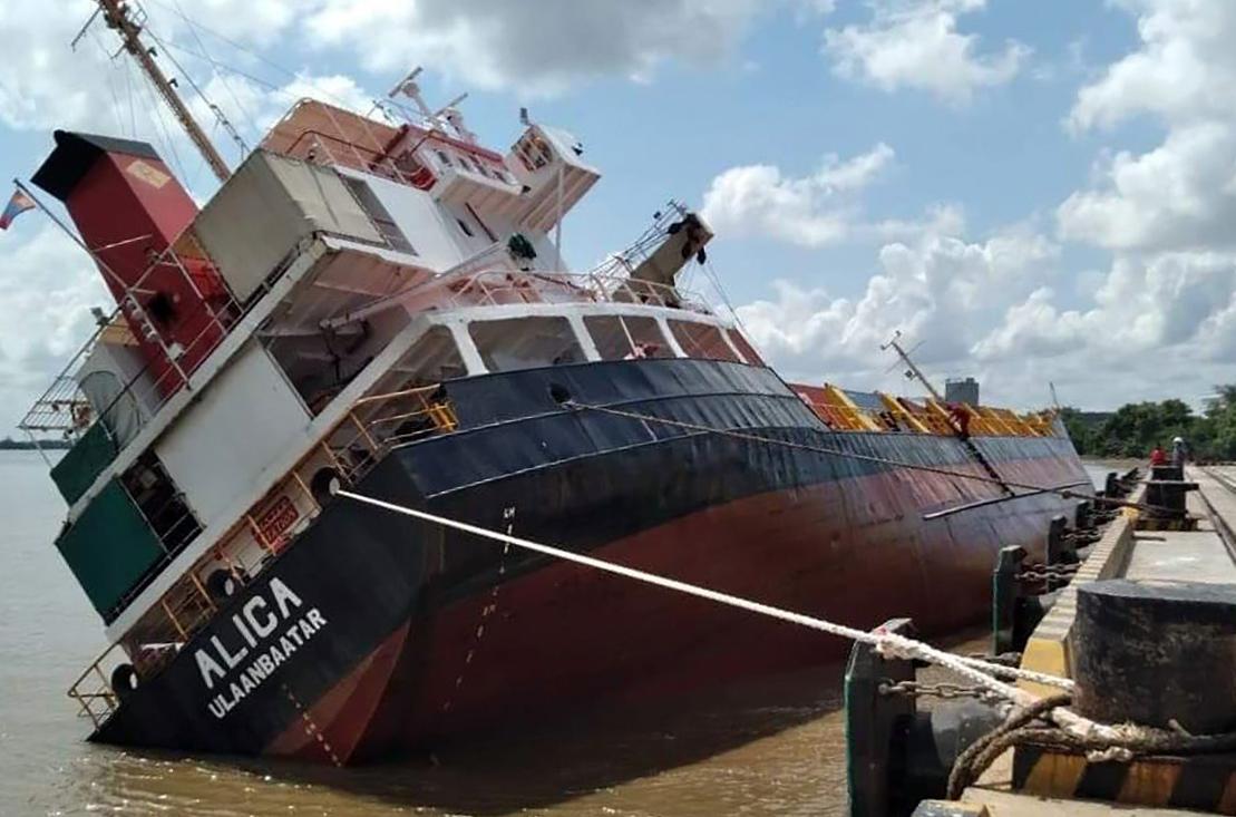 Tàu hàng lật nghiêng tại Cảng Hiệp Phước, huyện Nhà Bè, sáng 26/5. Ảnh: Cảng vụ Hàng hải TP HCM cung cấp.