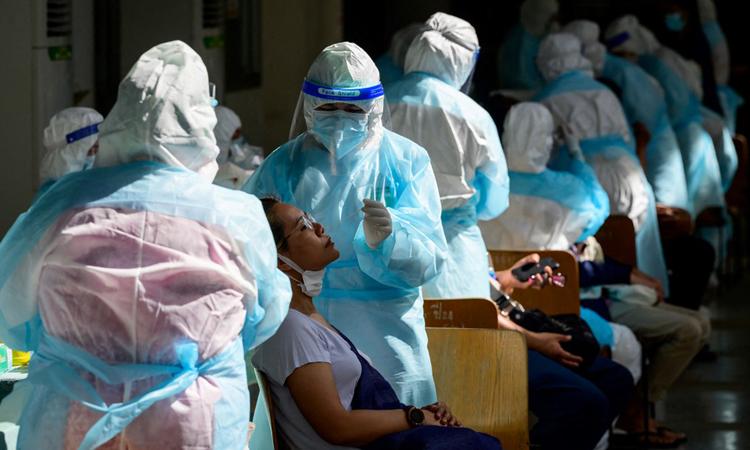 Nhân viên y tế lấy mẫu xét nghiệm Covid-19 cho người dân ở thủ đô Bangkok hôm 17/4. Ảnh: AFP.