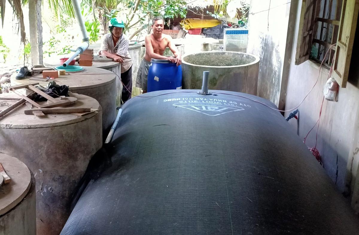 Bên cạnh các bể xi măng, ông Nguyễn Văn Hùng (huyện Giồng Trôm) còn mua túi nhựa 3 triệu đồng để trữ nước mưa. Ảnh: Hoàng Nam.