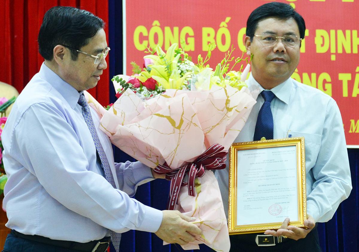 Ông Phạm Minh Chính (trái) tặng hoa và trao quyết định cho ông Nguyễn Tiến Hải, Bí thư Tỉnh ủy Cà Mau. Ảnh: Khánh Hưng.