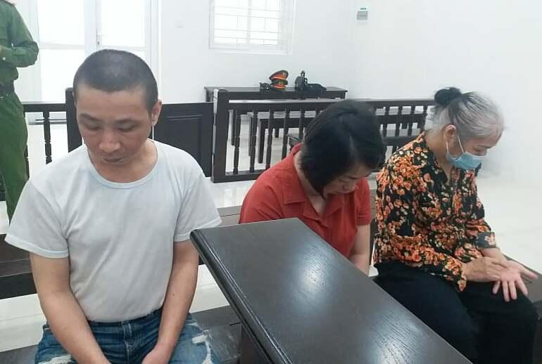 Từ trái qua: Hùng, Huyền và Hiếu tại phiên xét xử sáng 27/4.