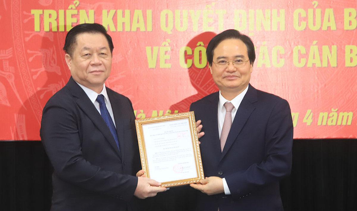 Ông Phùng Xuân Nhạ (phải) nhận quyết định làm Phó Ban Tuyên giáo Trung ương. Ảnh: Hiếu Duy