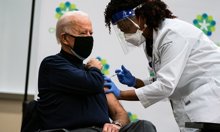 Joe Biden hồi tháng 12, khi còn là tổng thống Mỹ đắc cử, tiêm mũi vaccine Covid-19 đầu tiên ở Delaware. Ảnh: NYTimes.