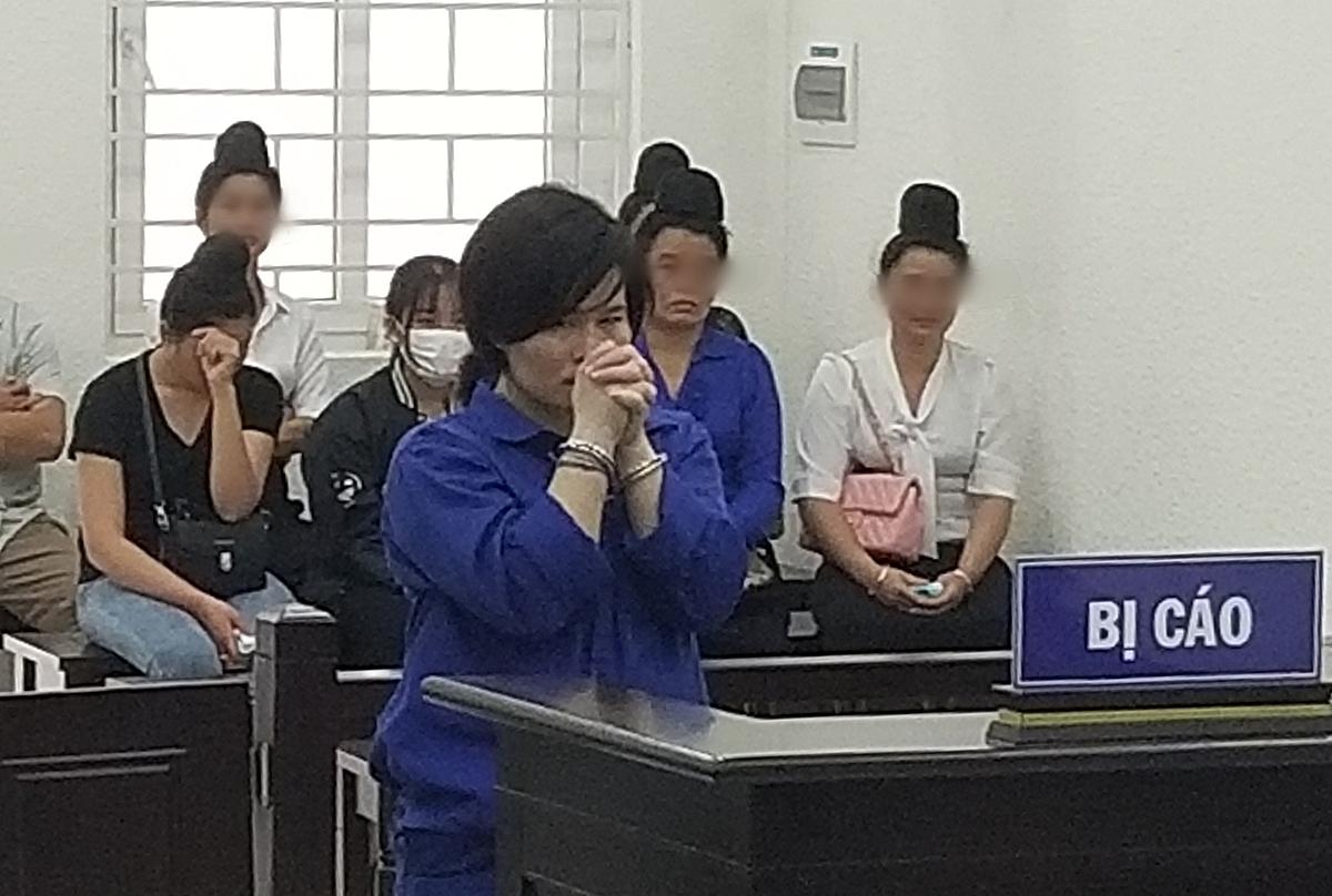 Bị cáo Lò Thị Hoa nghe HĐXX tuyên án tại phiên toà chiều 27/4. Ảnh: Hải Thư